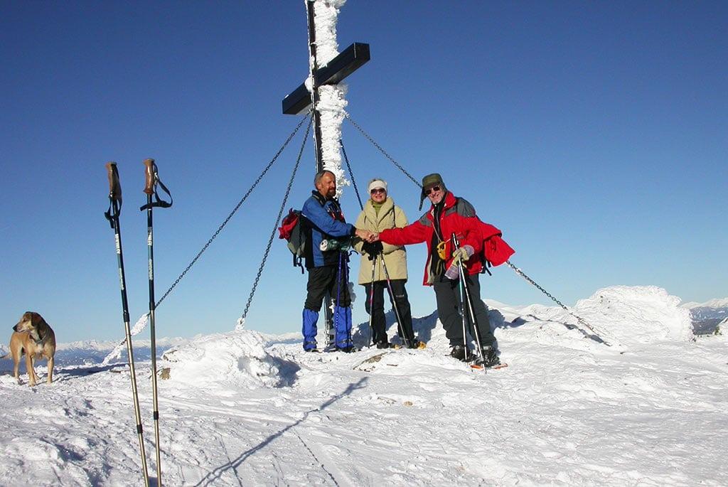 Winterurlaub am Berg Wandern Gipfelkreuz