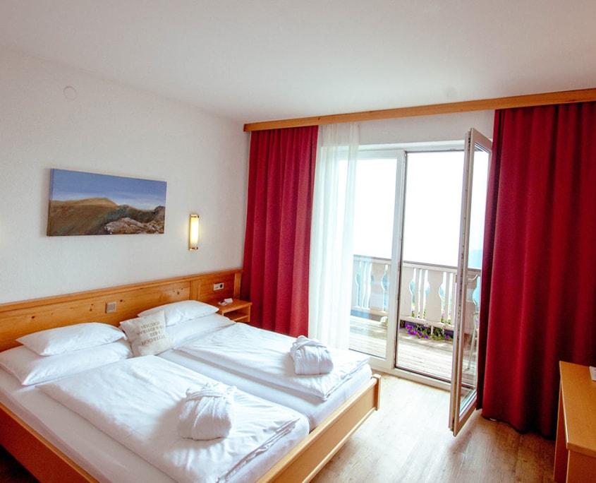 ZIMMER Hotel Hochegger mit Balkon und Doppelbett